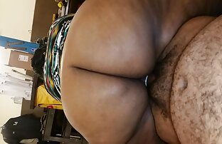 Si pirang itu pacaran dengan sex melebarkan kakinya dan melakukan enema di pantatnya.