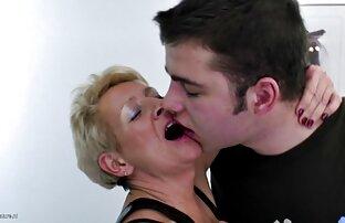 Masturbasi, cara bersetubuh dengan pasangan sialan ibu di bawah meja untuk pertama kalinya, super panas