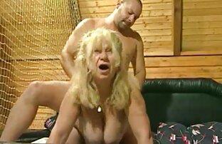 Pengantin pria merobek vagina pengantin bercinta dengan wanita paruh baya wanita serta sahabatnya.